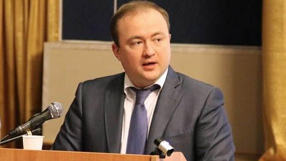 После окончания Суворовского училища Павел Фрадков поступил в Академию ФСБ РФ, где был командиром взвода