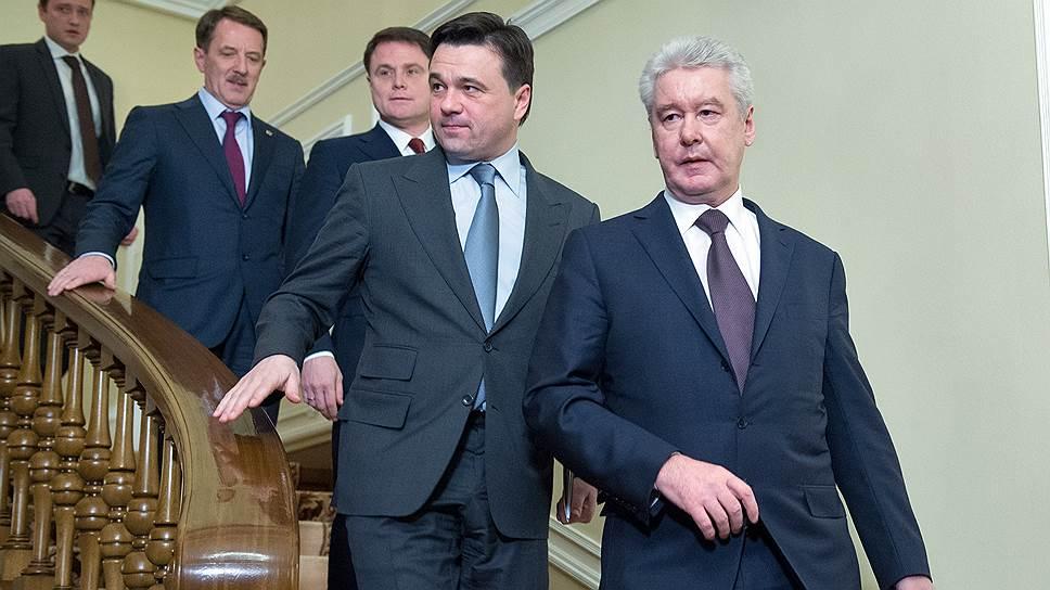Губернатор Московской области Андрей Воробьев (второй справа) несколько лет подряд опускался вниз в рейтинге самых высокооплачиваемых губернаторов и по итогам 2014 года не попал в топ-10