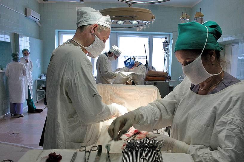 Российское здравоохранение поделилось на неравные части, все больше непохожие друг на друга: с одной стороны — высокотехнологичные медицинские центры и частная медицина, а с другой стороны — сохранившаяся с советских времен система поликлиник и больниц (на фото)