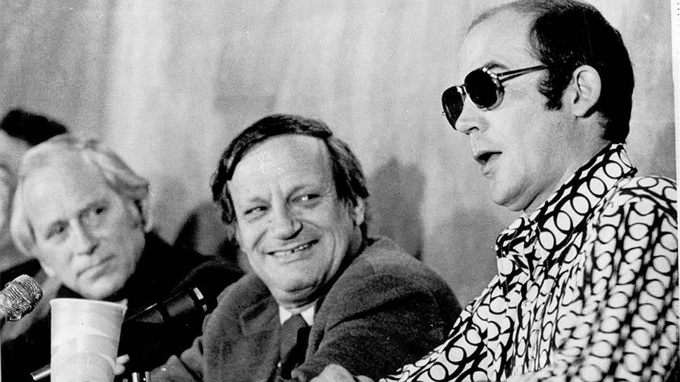Хантер Томпсон (справа) во время выступления в Йельском университете, посвященного прошедшим президентским выборам, 7 декабря 1972 года