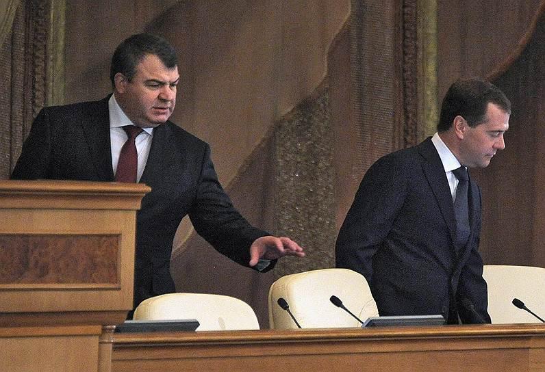 Несмотря на то что Анатолия Сердюкова (слева) назначал Владимир Путин, все реформы министра обороны пришлись на период президентства Дмитрия Медведева