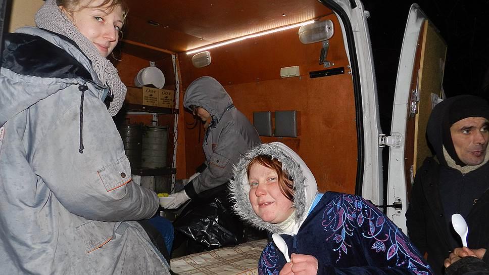 В Петербурге живет от 50 тыс. до 60 тыс. бездомных. Волонтеры — часто единственные люди из обычного мира, которые от них не отворачиваются