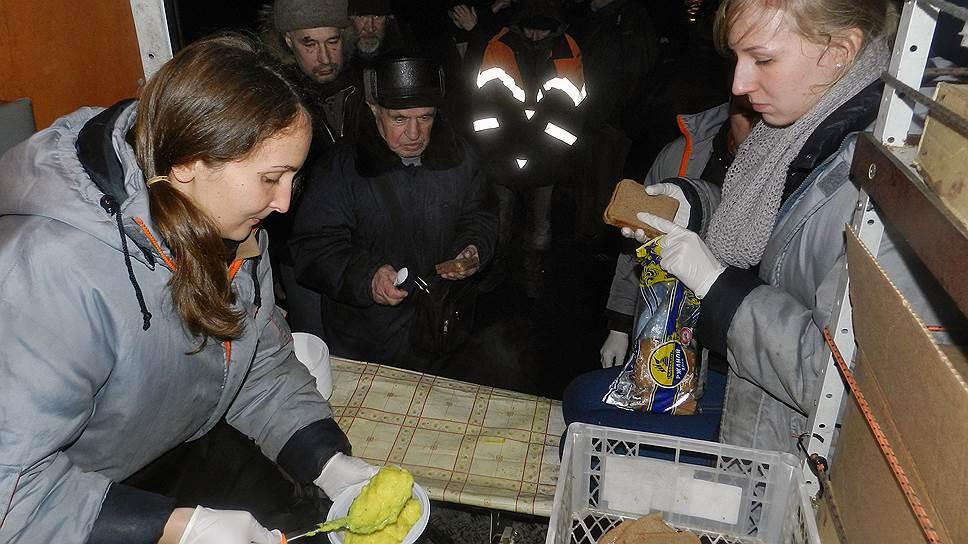 Многие бездомные едят один раз в день — на стоянке ночного автобуса