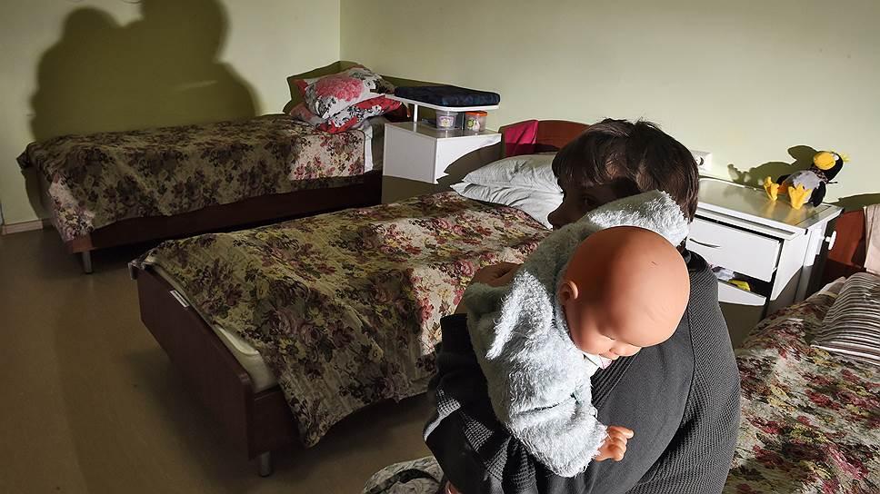 Форм сопровождаемого проживания для женщин, имеющих даже небольшие ментальные нарушения, и их детей в России не существует. Поэтому женщины в ПНИ не рожают, а делают аборты