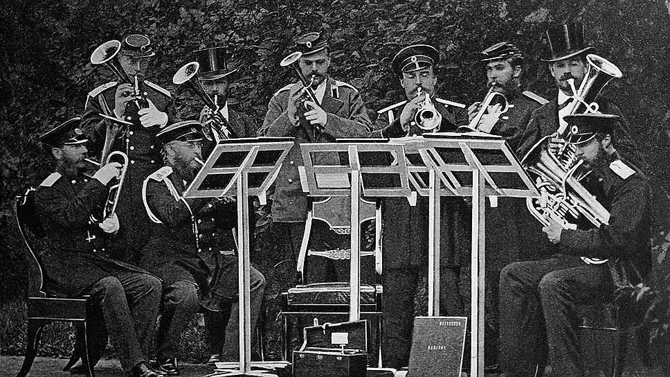 Для того, кто играл вместе с первым лицом государства, открывался персональный доступ к государственной казне (на фото — духовой октет наследника престола великого князя Александра Александровича (стоит третий слева), принц А. П. Ольденбургский (стоит первый слева), 1972 год)