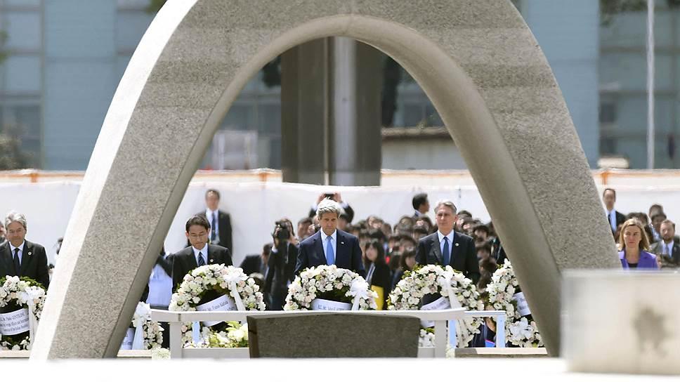 """По словам госсекретаря США, посещение мемориала в Хиросиме стало для него """"выворачивающим кишки"""" опытом"""