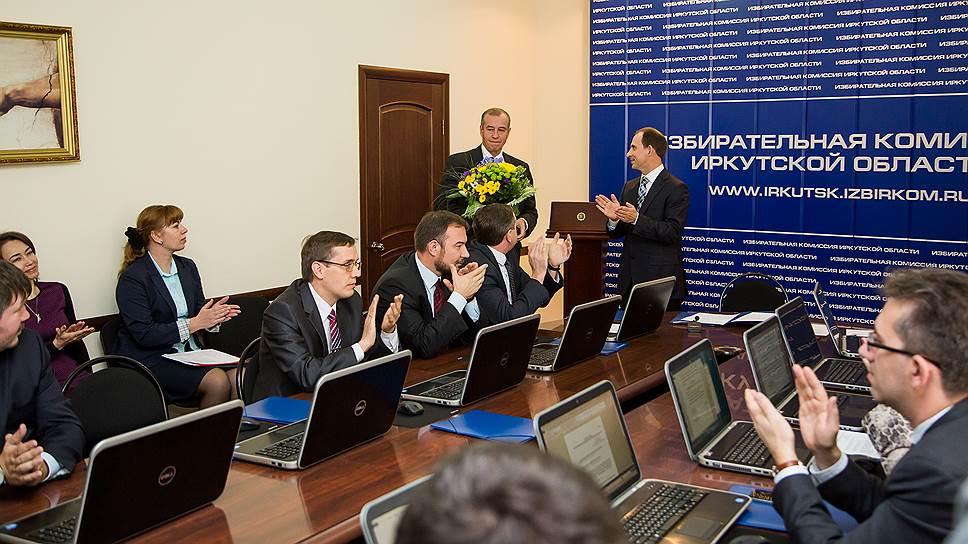 Коммунист Сергей Левченко (на фото — с букетом) выиграл губернаторские выборы в Иркутской области при помощи сайтов, инструментов поисковой оптимизации и социальных сетей