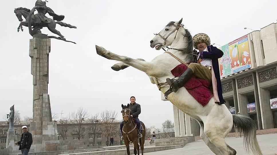 Историки нашли первое упоминание о киргизах в китайских источниках, датированных 201 годом до н. э. (на фото — памятник Манасу, главному герою крупнейшего киргизского эпоса)