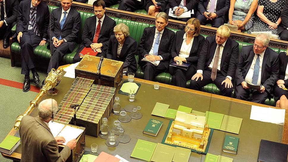Премьер-министр Тереза Мей (в центре), похоже, не собирается подталкивать Британию в сторону выхода из ЕС