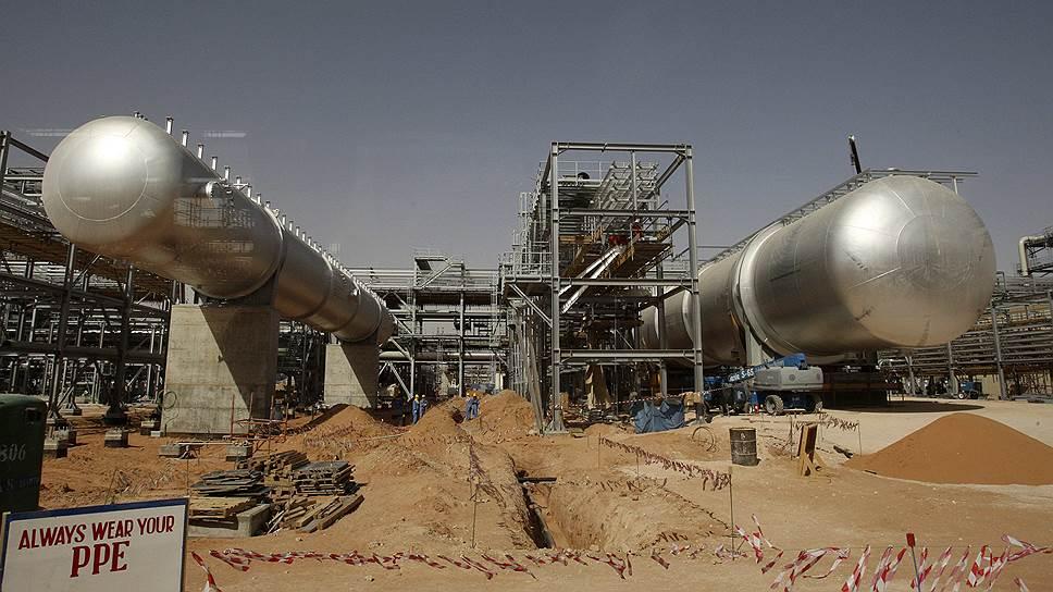 В результате продажи нескольких процентов акций государственного нефтяного гиганта ARAMCO (на фото — одно из его производств) власти Саудовской Аравии надеются пополнить фонд благосостояния на сумму почти $2 трлн
