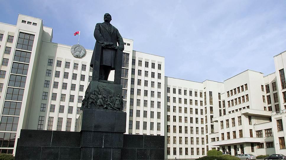Центр Минска — Мекка для исследователей советского символизма (на фото — памятник Ленину перед зданием Палаты представителей Национального собрания Республики Беларусь)