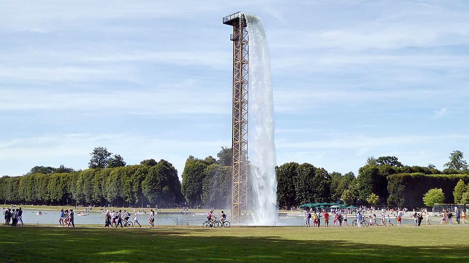 В садах Версаля Олафур Элиассон установил 40-метровую башню-водопад