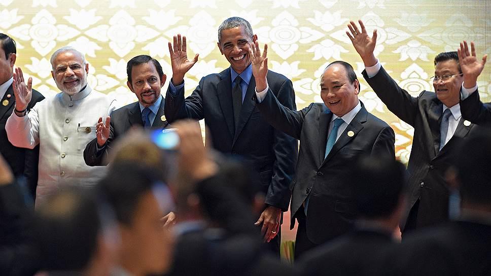 Барак Обама хочет закончить свое президентство на максимально дружеской ноте (второй справа — премьер-министр Вьетнама Нгуен Суан Фук, справа — премьер-министр Лаоса Тонглун Сисулит)