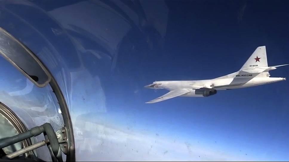 Самолет-ракетоносец Ту-160 производит пуск крылатых ракет воздушного базирования X-101 по целям боевиков в провинциях Алеппо и Идлиб, 20 ноября 2015 года