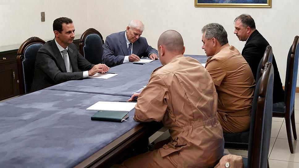 Министр обороны России Сергей Шойгу на высшем уровне пытается скоординировать действия ВКС России и сирийской армии (слева — президент Башар Асад)