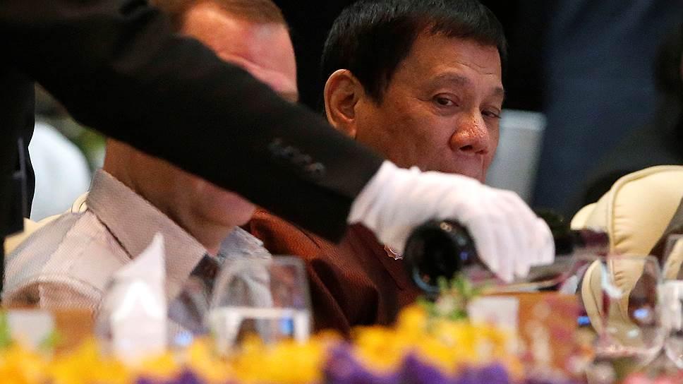 Людей, способных помешать президенту Филиппин Родриго Дутерте (на фото) предельно жестко бороться с преступностью, стало еще на одного меньше
