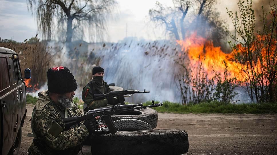 В прошлом году СМИ писали о бедственном положении Александра Можаева, он же казак Бабай (на фото — слева), и в социальных сетях сторонники собирали ему средства