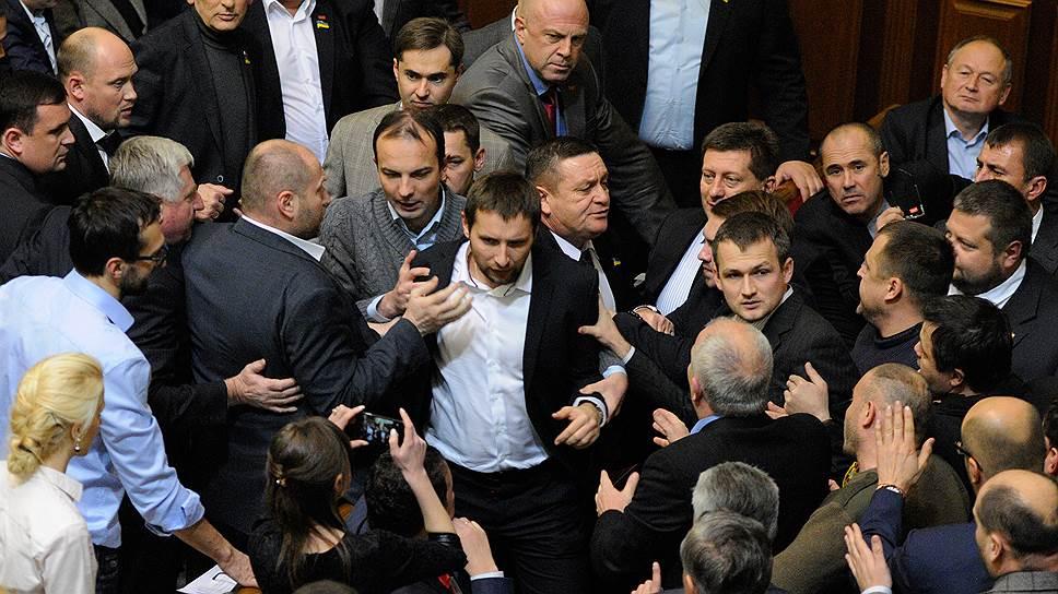 Бывший сотник Евромайдана и участник АТО Владимир Парасюк в последнее время штурмует и осаждает коллег по Верховной раде