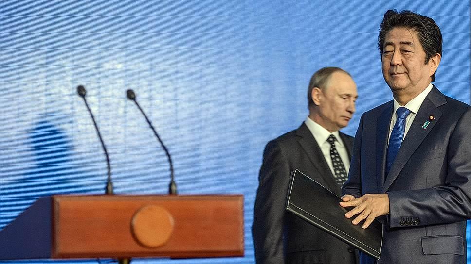 Японская общественность возмущается тем, что премьер-министр Синдзо Абэ приезжал в Россию пять раз, позабыв о дипломатическом принципе, согласно которому лидеры попеременно должны посещать друг друга