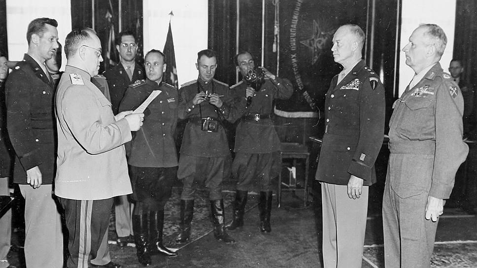 Заместитель Верховного главнокомандующего Вооруженными силами СССР маршал Жуков вручает ордена Победы верховному главнокомандующему армий союзников генералу Эйзенхауэру и главнокомандующему британскими оккупационными войсками в Германии фельдмаршалу Монтгомери, Франкфурт-на-Майне, 10 июня 1945 года