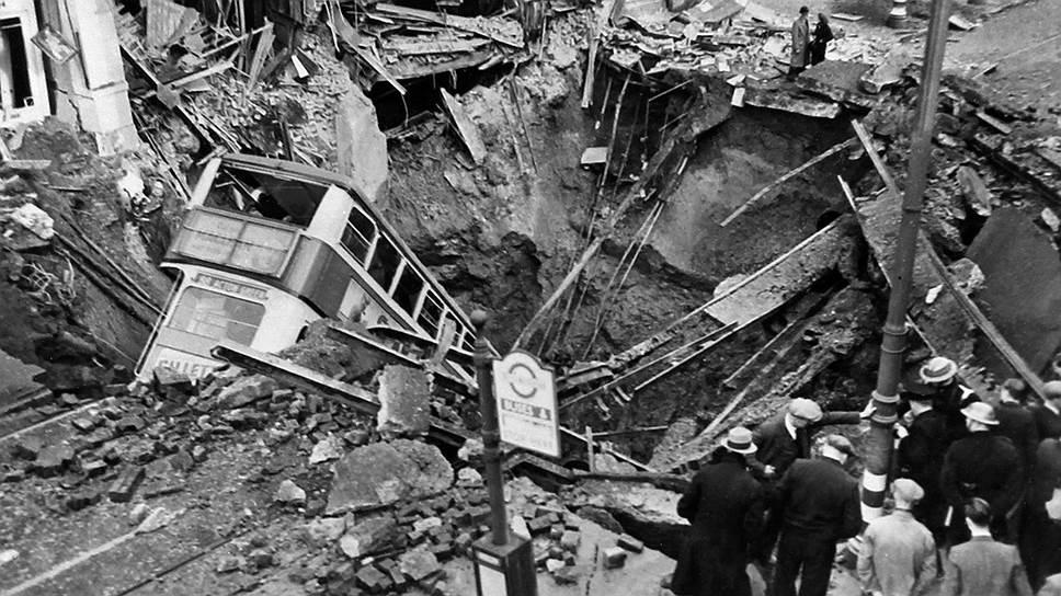 """""""Почему Черчилль не бомбит Берлин. Но это тоже понятно: он не хочет, чтобы немцы в ответ бомбили Лондон"""" (на фото — улица в Лондоне после налета германской авиации, 1940 год)"""
