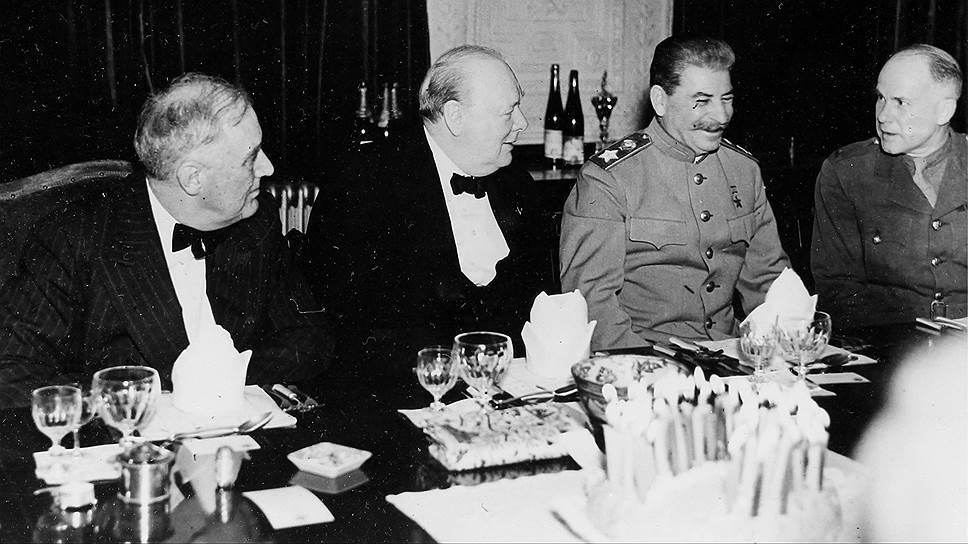 """""""Черчилль принадлежит, видимо, к числу тех деятелей, которые легко дают обещание, чтобы также легко забыть о нем"""" (на фото — Рузвельт, Черчилль и Сталин на приеме в честь дня рождения Черчилля, Тегеран, 30 ноября 1943 года)"""