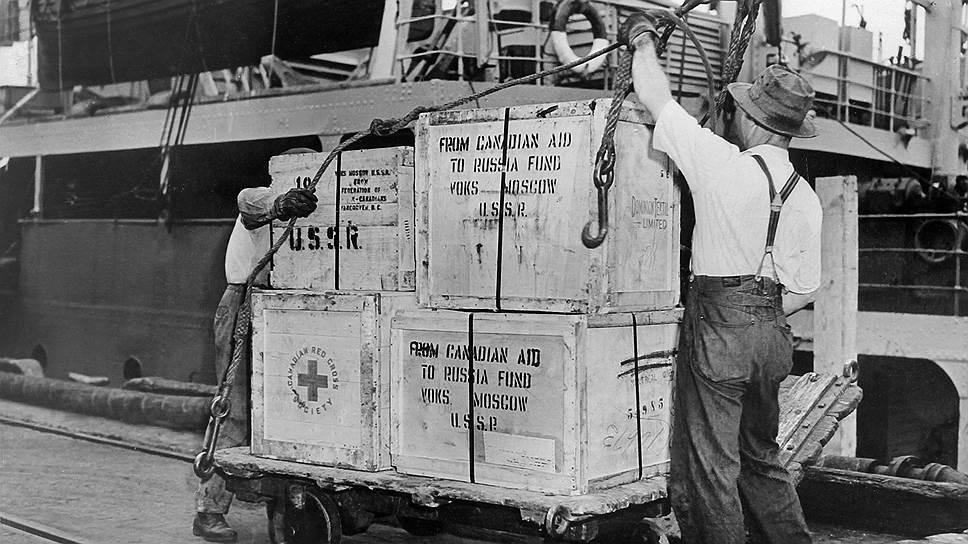 """""""Следовало бы всемерно использовать для получения продуктов не только США, но и Канаду, где имеются очень большие запасы хлеба"""" (на фото — погрузка грузов для СССР в канадском порту, 1943 год)"""