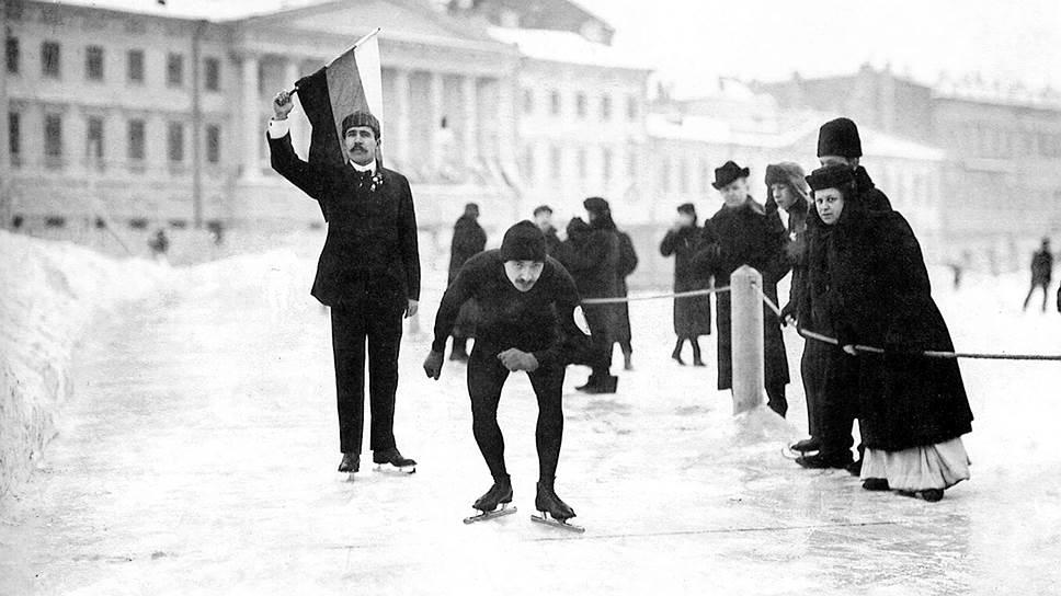 Скоростной бег на коньках пользовался огромной популярностью в Петербурге. Но первые всероссийские соревнования прошли в 1892 году в Москве