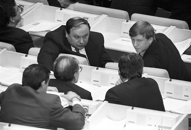 Команда молодых экономистов Анатолия Чубайса (справа), созданная еще до перестройки, готовила первые проекты экономических реформ