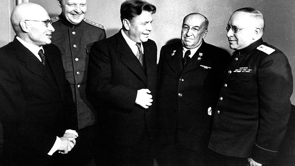 Деятельность Лечсанупра, подведомственного министру здравоохранения СССР Смирнову (на фото — второй слева) и его предшественнику Митереву (на фото — в центре), прибавляла работы ведущим патологоанатомам академикам Давыдовскому, Абрикосову и Аничкову (на фото — первый, четвертый и пятый слева)