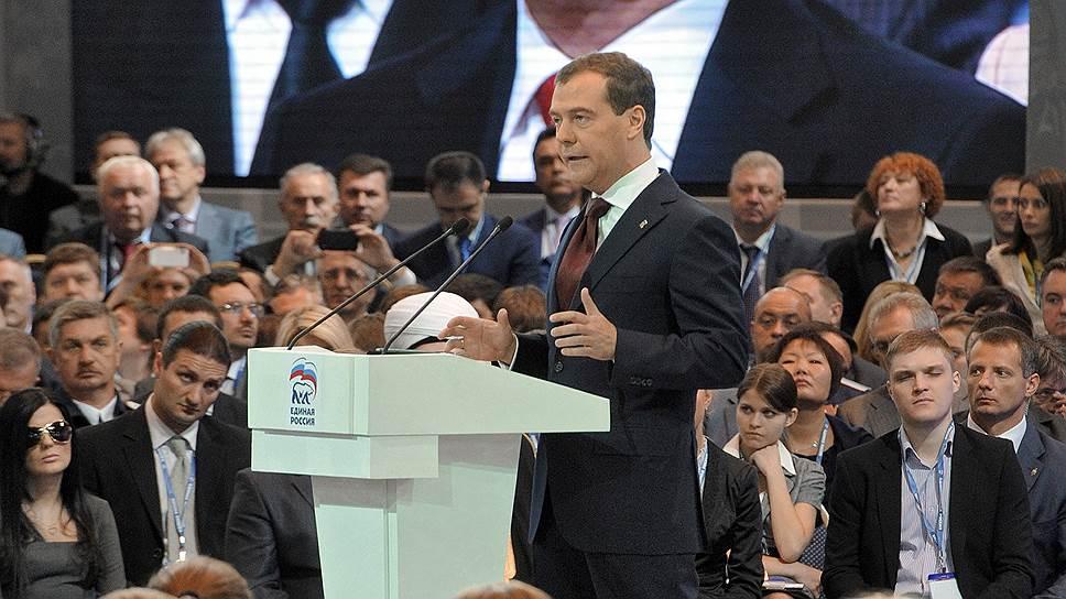 Падение рейтинга «Единой России» в 2011 году привело к тому, что Владимир Путин дистанцировался от партии и передал руководство ею уходящему с поста президента Дмитрию Медведеву