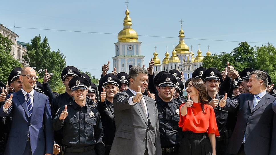 Селфи с новыми полицейскими украинцы стали делать массово, полицейским курсантам вручают погоны в присутствии первых лиц Украины