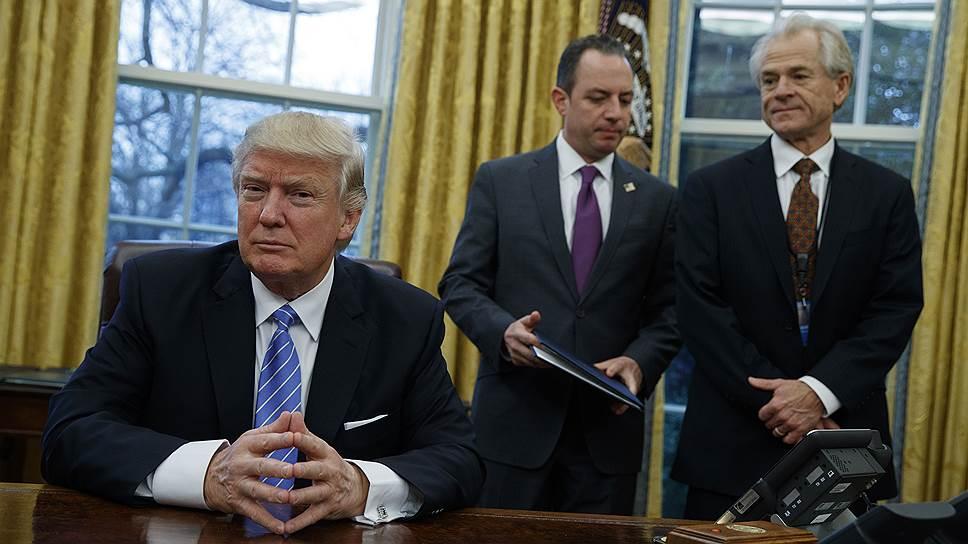 Питер Наварро (справа) может сыграть ключевую роль в проведении жесткой позиции Трампа (слева) относительно Китая
