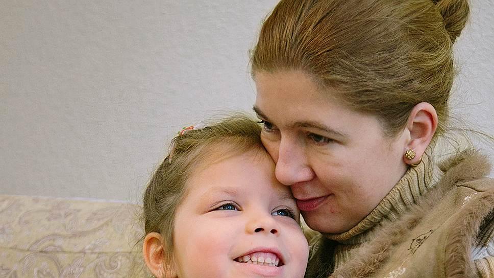 """«Полина увидела нас в окно и так громко закричала """"мама"""", что это было слышно на улице. Ее тут же оттащили от окна, штору задернули» (на фото — Светлана Дель и ее дочь Полина)"""