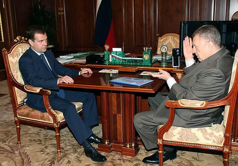 В 2000-е годы на смену эпатажности пришла сговорчивость: Жириновский и его партия поддерживали действующую власть (на фото — с президентом Дмитрием Медведевым, 2008 год) и стабильно проходили в Госдуму