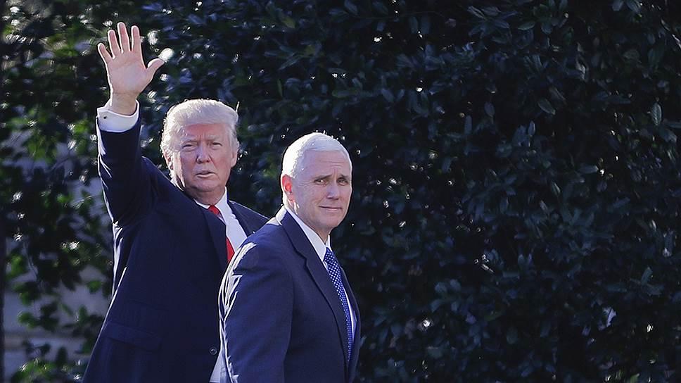От вице-президента Майка Пенса (справа) ждут ежедневных объяснений на понятном политическому истеблишменту языке инициатив президента Дональда Трампа (слева)