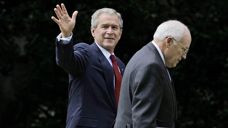 Дик Чейни (справа) был не только главным идеологом администрации Джорджа Буша-младшего (слева), но и фактически управлял страной, прячась в тени своего более яркого, но менее талантливого босса