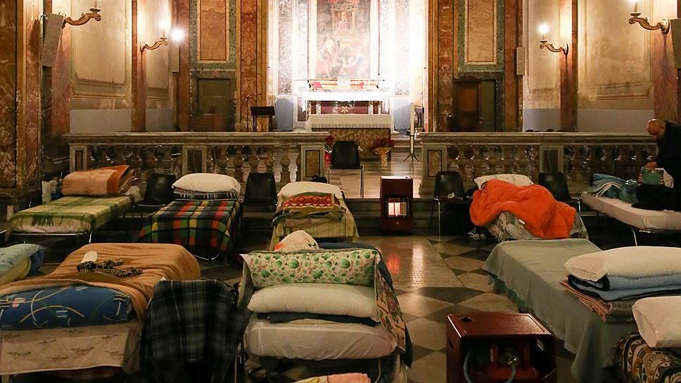 Все пространство церкви занимают выставленные в ряды раскладушки с матрацами и чистым бельем. Вход на ночлег открыт с 20 часов. В восемь утра бездомные покидают храм, кровати убирают, а церковь используется по назначению