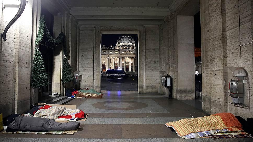 """""""Не все бездомные Рима пришли сюда, некоторые оставались на улицах. Поэтому мы ходили по городу и раздавали им спальные мешки и одеяла"""""""