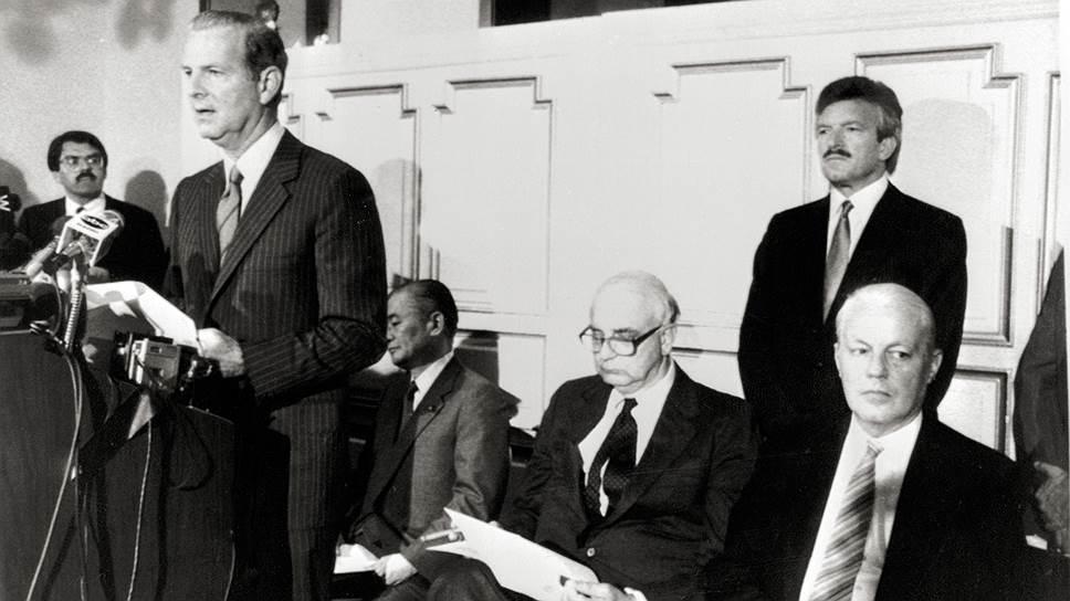 Так называемое соглашение «Плаза» 1985 года между США, Великобританией, Японией, Францией и ФРГ позволило Америке в течение трех лет значительно девальвировать доллар и, как следствие, перейти к экономическому росту