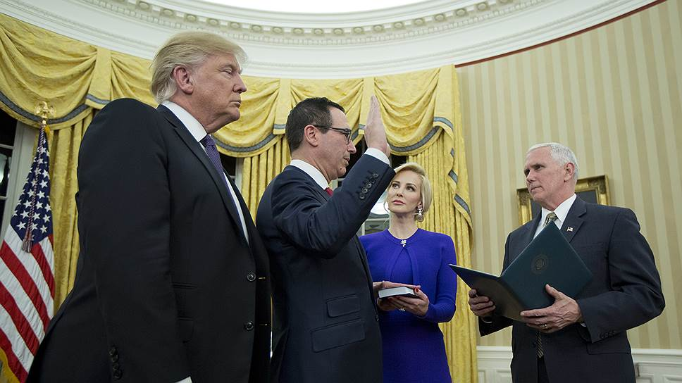 Мнучин (второй слева) примкнул к кампании Трампа (слева) одним из первых — уже в апреле 2016 года он стал ее финансовым директором