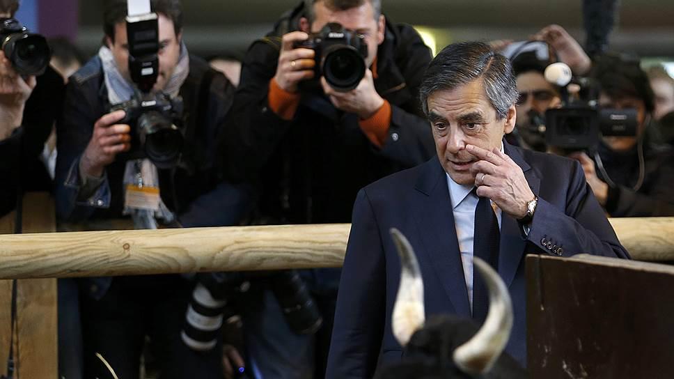 Выход во второй тур республиканца и бывшего премьер-министра Франции Франсуа Фийона остается под вопросом после скандала с незаконным обогащением, снизившего рейтинг доверия к нему с 25-26% до 18-20%