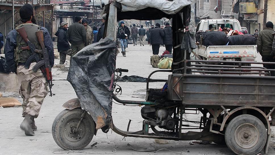 Казим с сыном и одним из его товарищей ездил в Алеппо: город был еще в основном цел, но уже разделен на Восточный и Западный сектора баррикадами из строительного мусора, перерезавшими основные магистрали