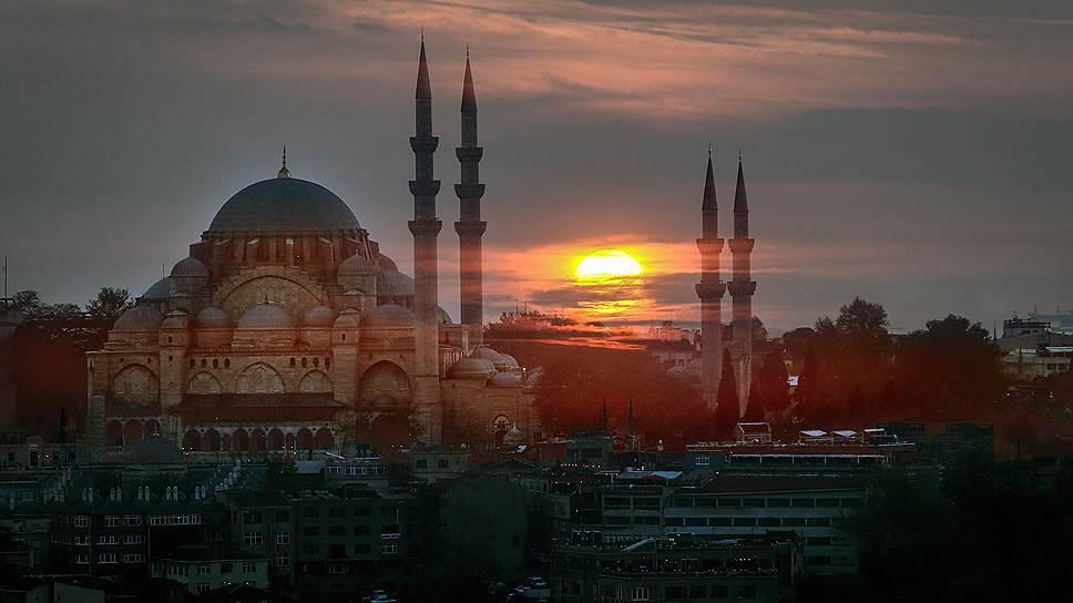 Когда Казим приехал в сентябре к сыну в Стамбул, их один раз останавливал полицейский патруль, но ограничилось тем, что турки снова проявили безграничное доверие к его российскому паспорту, а у сына документов так и не спросили