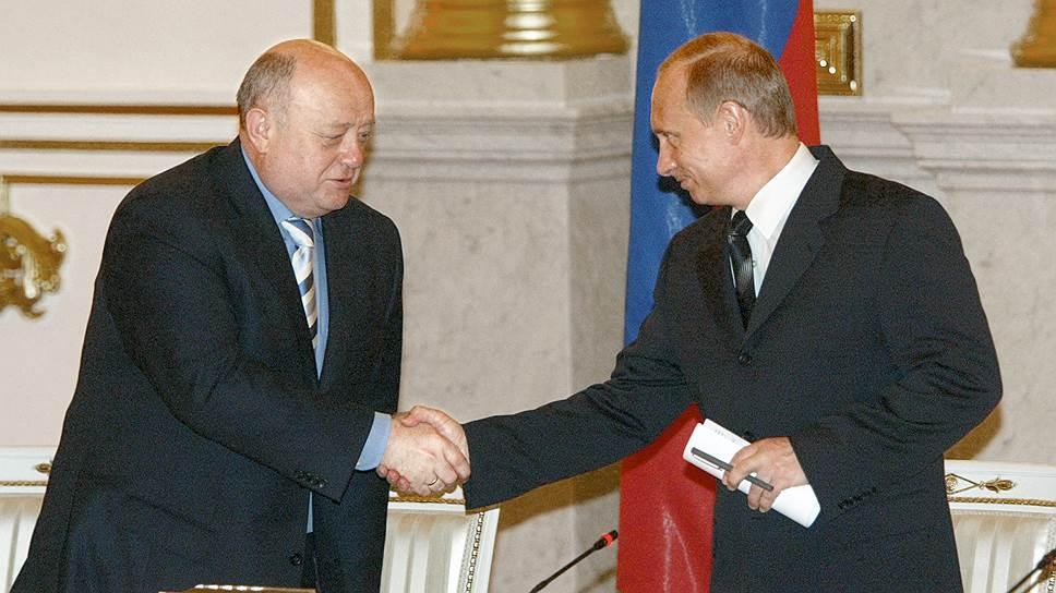 В 2004 году Путин выдвинул Михаила Фрадкова (слева) на пост премьера за девять дней до президентских выборов