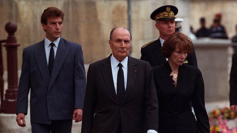Премьер-министр Пьер Береговуа, замешанный в финансовом скандале, застрелился. Президент Франсуа Миттеран (на фото — с женой на похоронах Береговуа) тогда прямо обвинил прессу в доведении его до суицида