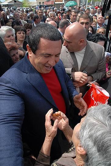 Среди оппозиционных партий Армении лучший результат на выборах показал блок Царукяна — 27% голосов. Впрочем, один из богатейших людей Армении Гагик Царукян скорее представляет ту политическую силу, которую в России принято называть системной оппозицией