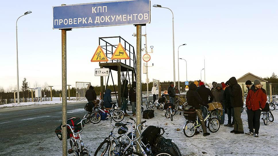 """В 2015 году тысячи беженцев, в том числе сирийцев, пытались прорваться из России в Норвегию и Финляндию, но повезло не всем — часть из них вернули обратно в Россию (на фото — сирийские беженцы в Мурманской области, на пограничном автомобильном пункте пропуска """"Борисоглебск"""", где разрешено пересечение границы только на автомобиле или велосипеде)"""