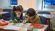 Уроки для детей сирийских беженцев в одной из школ подмосковного Ногинска. Попасть сюда непросто — многие семьи беженцев или не смогли получить легальный статус, или уже лишились существующего, или же получили статус беженца, но не имеют регистрации по месту пребывания