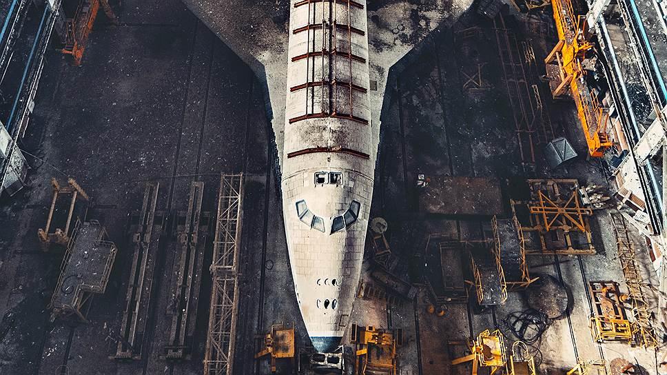 """Несмотря на некоторый упадок после развала СССР (на фото — экземпляр космического корабля """"Буран"""" в заброшенном ангаре), до 2030 года Байконур останется основным космодромом, на котором реализуется российская космическая программа"""
